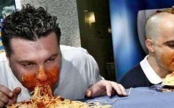 Spaghetti eten zonder handen?!