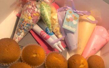 Janou Erens verkoopt cupcake-pakketten