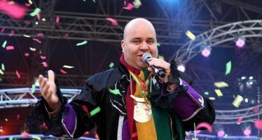 Ivo van der Bijl zingt alle ouderen toe